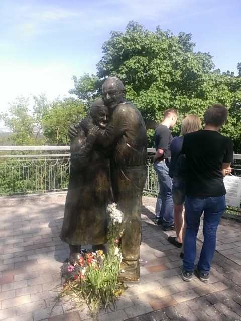 new statue in Kiev - celebrating 50 yrs of marriage